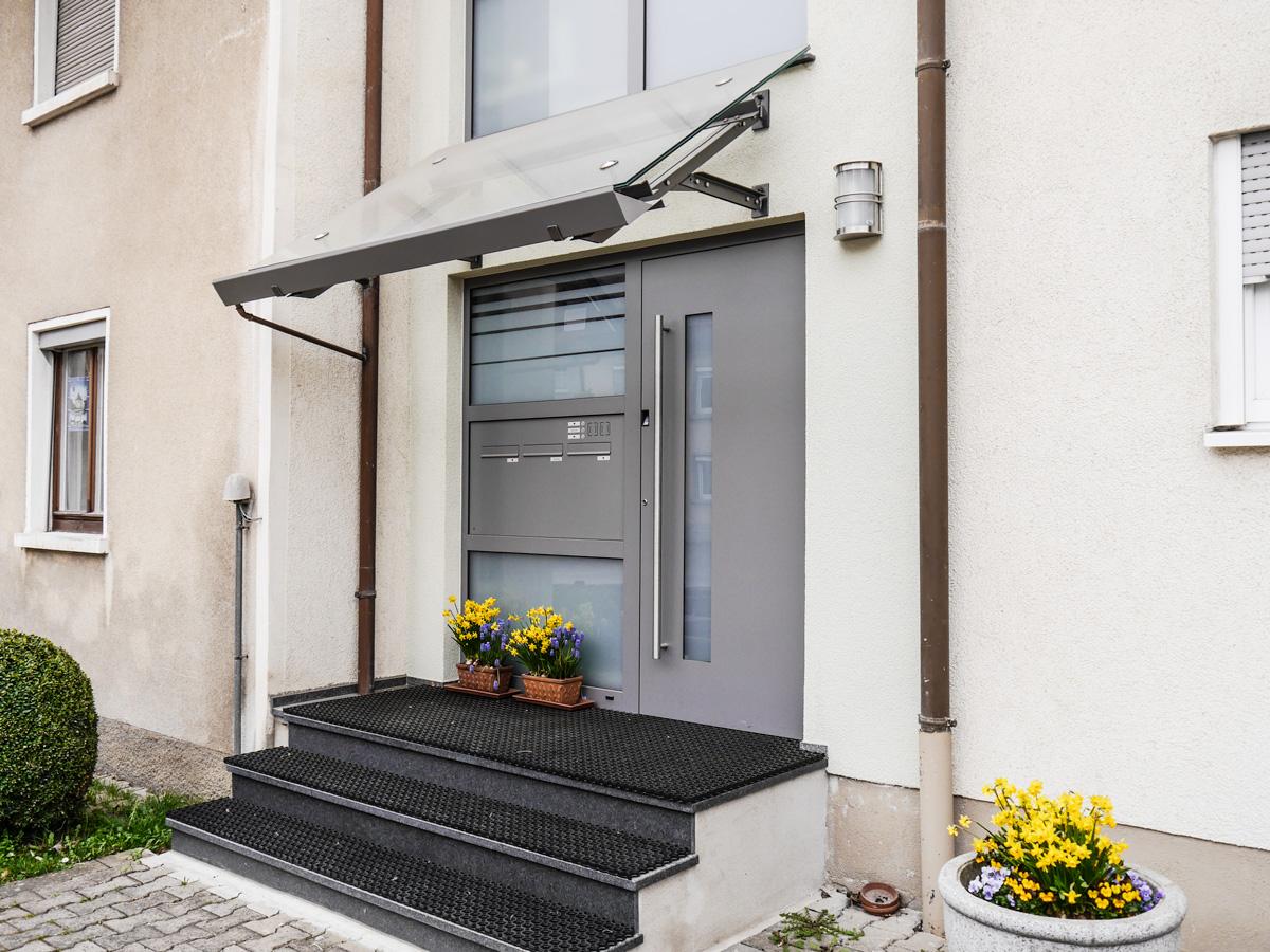 haust re aluminium grau mit vordach metallbau m nch gmbh brigachtal glas und metallbau. Black Bedroom Furniture Sets. Home Design Ideas